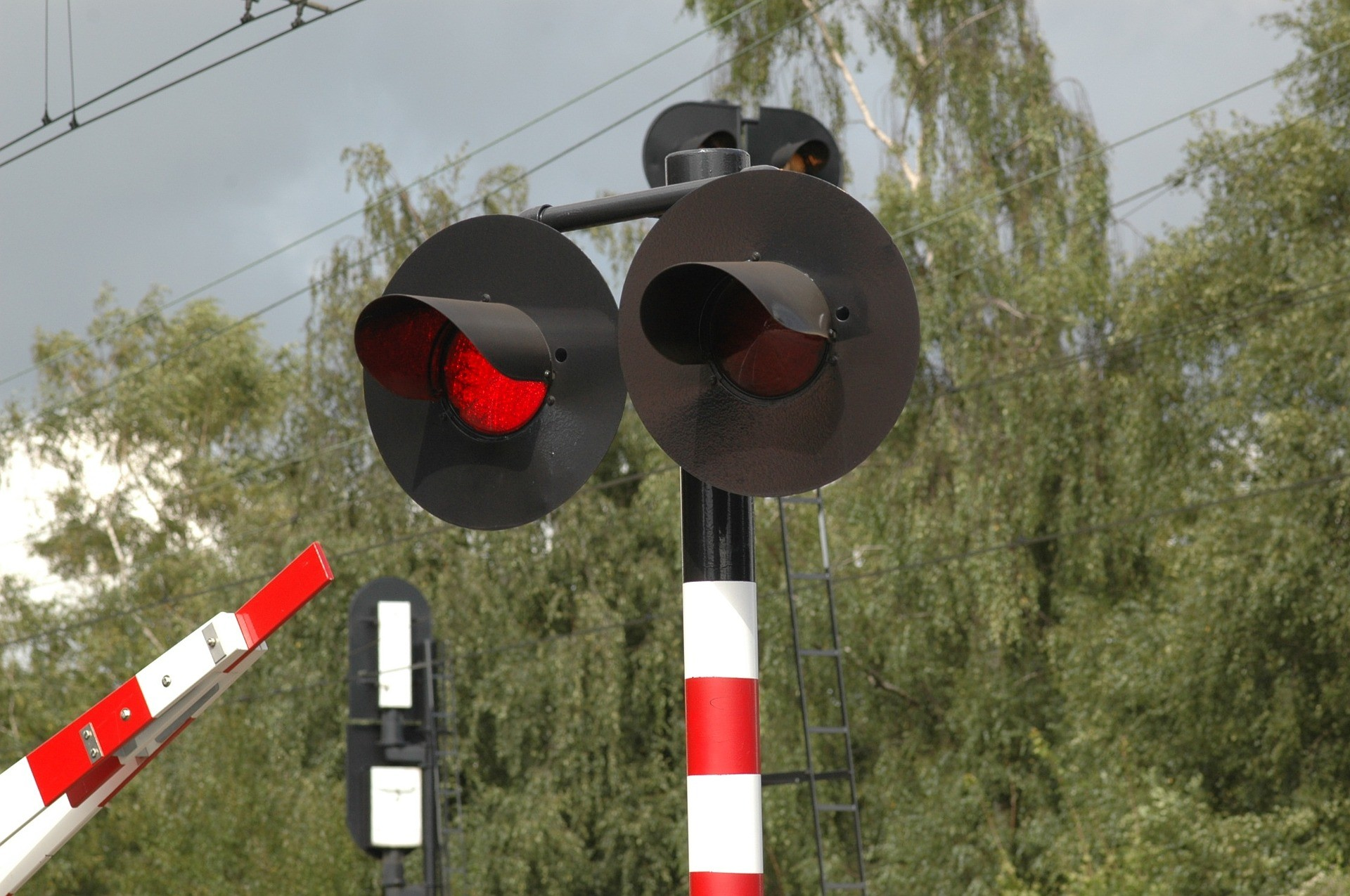 平交道摔車!火車「30cm近距擦過」女奇蹟輕傷 太子爺指點:看不見的家人在保護妳