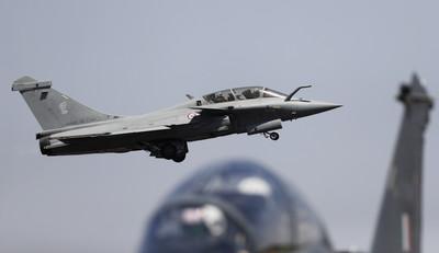法7架飆風戰機緊急迫降印尼