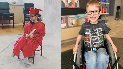 醫生診斷無法走!脊柱裂男孩復健零抱怨 「走」進畢業典禮全場歡呼