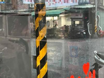 新莊哥翻倒擋路攤車!爺爺暴雨中撿菜