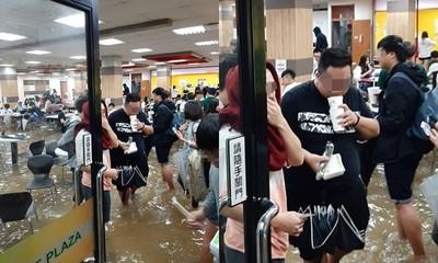 暴雨黃水淹膝!輔大哥緊抱學餐 網:餓了