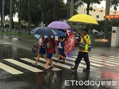 學甲警不畏風雨 守護學童上下學安全