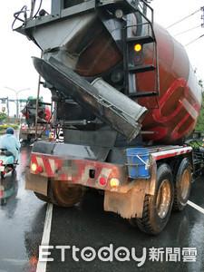 台南市大雷雨 水泥車撞電桿護欄
