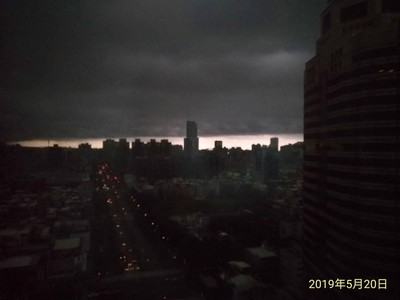 高雄「世界末日」照曝光!網傻:突然變超黑