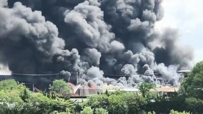 濃煙蓋天!茨城廢材場大火燒130小時