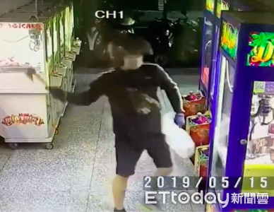 拿斧頭敲破娃娃機玻璃 11天偷30件15萬商品
