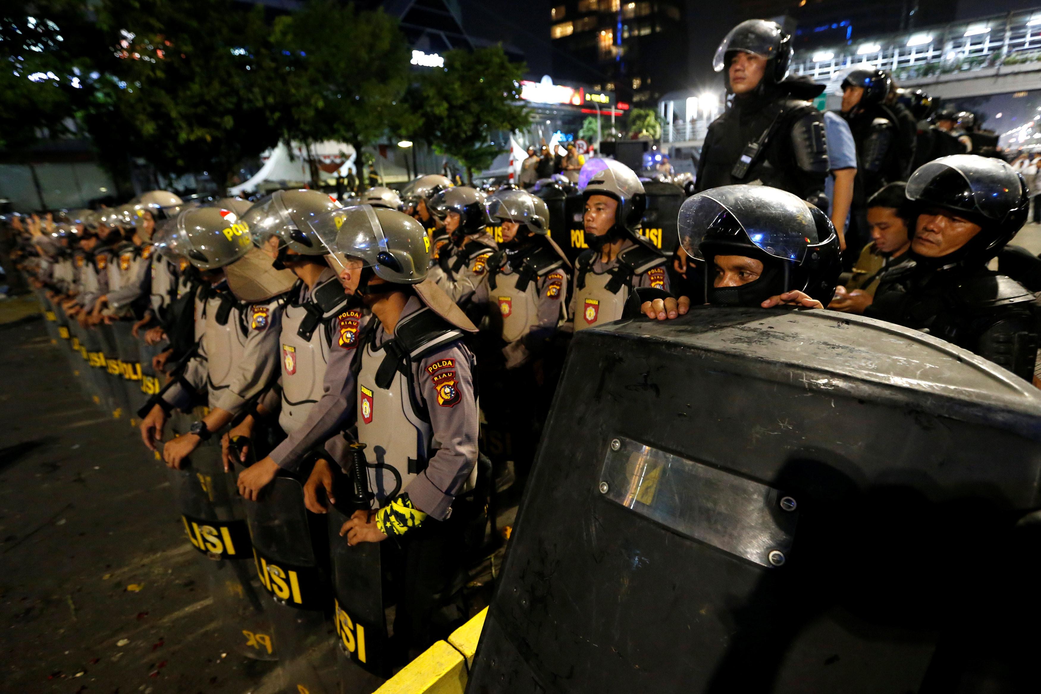 ▲▼印尼選舉委員會21日宣布總統大選結果,警方在首都雅加達以催淚瓦斯、橡膠手榴彈驅趕抗議民眾。(圖/路透)