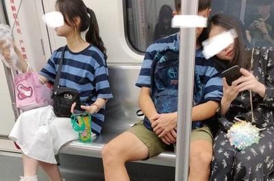 情侶地鐵放閃!妹子「同款上衣」不單純