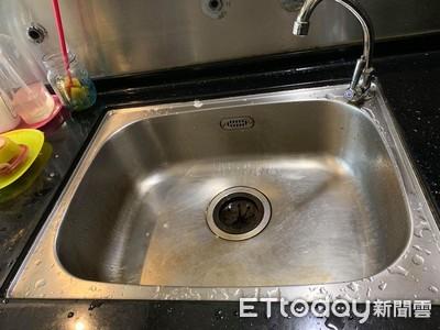 「把碗拿去洗手台唷」1歲妹甜笑神展開