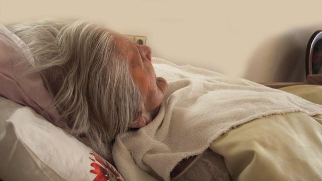 目睹「粗管直插入肺」85歲老父痛到想逃!她感嘆:家人要學會放手