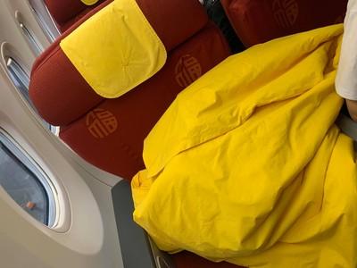 商務艙「黃毯紅椅」讓她嚇醒:覺得要被推去燒了