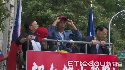 郭台銘出發了 「頭戴國旗帽」沿路掃街