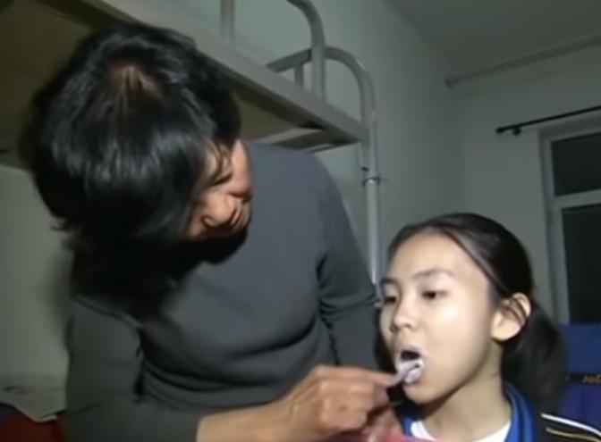 ▲▼奶奶照顧漸凍症孫女。(圖/翻攝自YouTube/CCTV中国中央电视台)