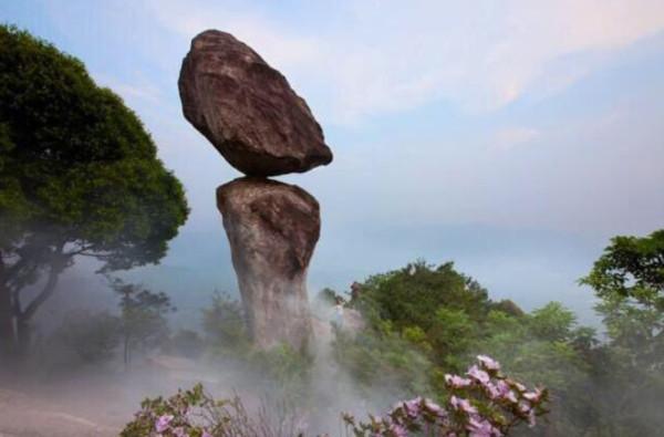 福建「心動石」僅一小點連接 卻百年屹立不搖