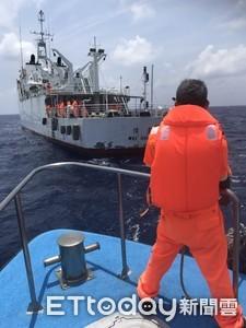 「轟」的一聲火燒船 友船及時救起跳海6船員 海巡接手救援