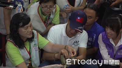 郭台銘包粽簽名贈民眾 「孩子快樂是我的責任」