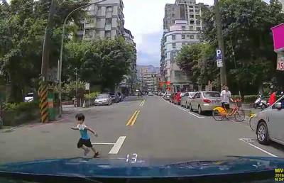 男童闖馬路 駕駛高分貝尖叫
