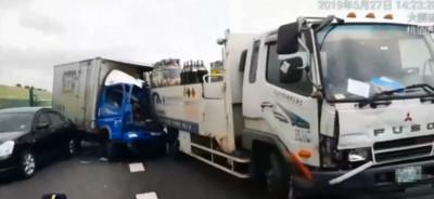 國道2號3車追撞!貨車駕駛夾擊受困 1死2輕傷