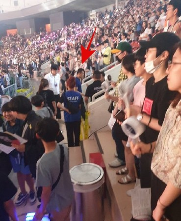 ▲▼JYP娛樂的代表朴軫永在TWICE演唱會拍攝,被保全叫到一旁警告。(圖/翻攝自推特)