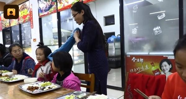 ▲婦人收養11名孤兒。(圖/翻攝自YouTube/梨視頻)