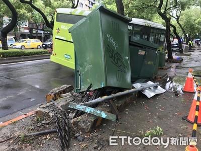 公車打滑撞變電箱 中山北路5段傳停電