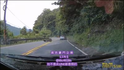 北宜超車失控衝向山壁 車頭炸裂、保桿噴飛