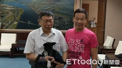 柯文哲抱小黑狗:叫牠「柯黑」