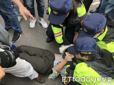 快訊/獨派團體癱瘓北平東路 遭警方迅速架離清場