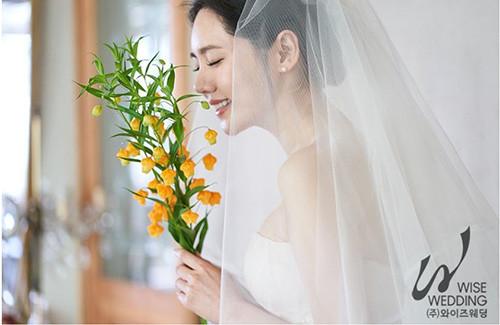 ▲▼秋瓷炫和于曉光的婚紗照浪漫又優雅。(圖/翻攝自韓網/Wise Wedding)