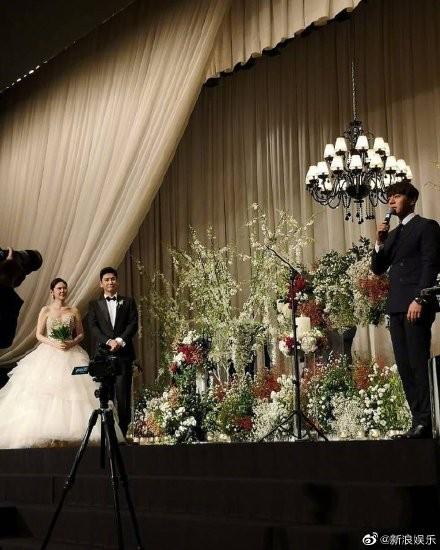 ▲▼黃致列為秋瓷炫和于曉光的婚禮獻唱祝歌。(圖/翻攝自微博/新浪娛樂)