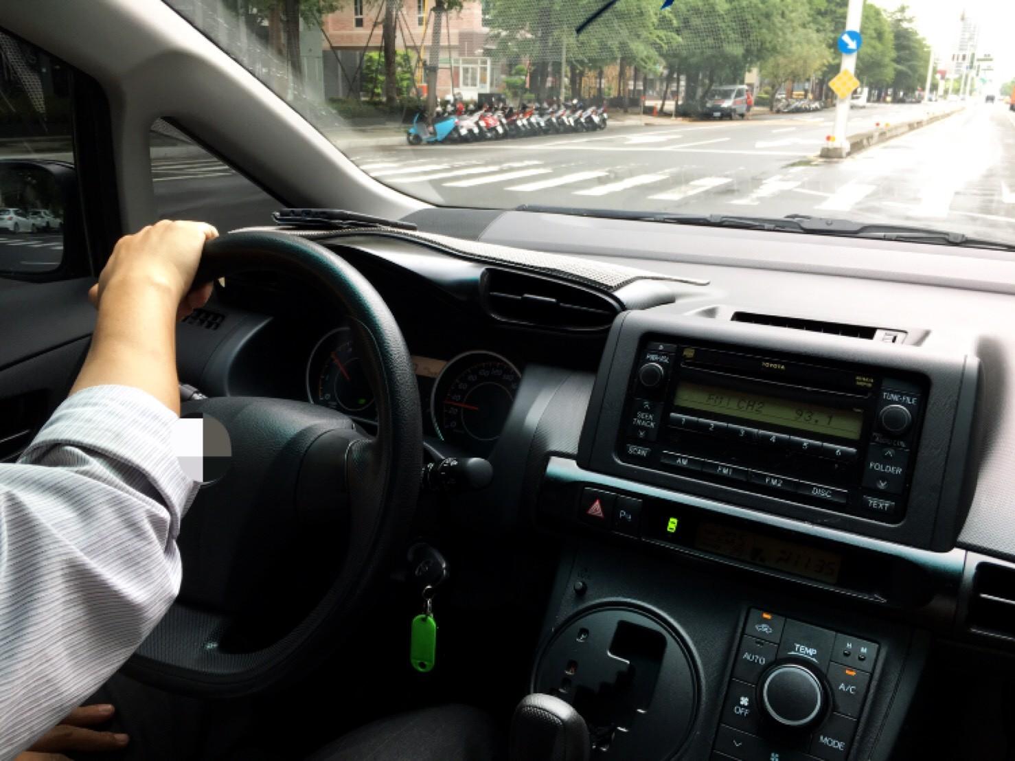 ▲駕駛,包車,開車,汽車,計程車。(圖/Mr.錯別字提供)