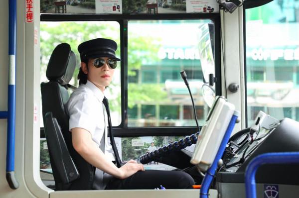 ▲▼獅子LION MV蕭敬騰當司機 。(圖/華納音樂)