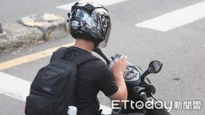 雷皓明/騎車等紅燈滑手機罰千元