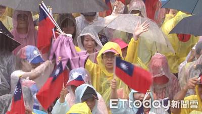 六一造勢凱道飄雨 韓粉高喊「韓國瑜凍蒜!」