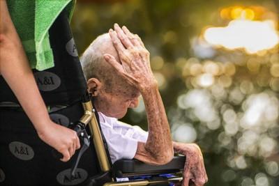 回不了家的悲哀!離開安養院「沒人管死活」 老奶奶乾脆閉嘴裝失智