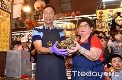 郭台銘到南門市場包肉粽 粉絲高喊「包中」、「手機納民調」
