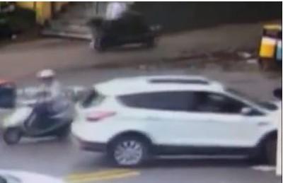 男童往右看遭左車慢速撞擊捲入慘死