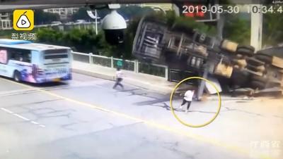 吊車突然翻側 2男「神走位」5秒逃死