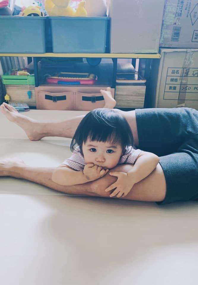 ▲小小愛1歲就超會擺pose。(圖/翻攝自臉書/江宏傑 Chiang Hung-Chieh)