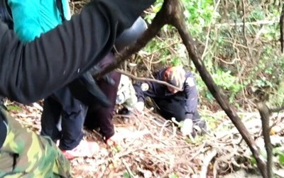 蟲在臉上蠕動!記者爬深山拍台灣地界碑 「膝蓋撞成紫饅頭」