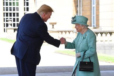 川普訪英與女王擊拳 抽考又答錯