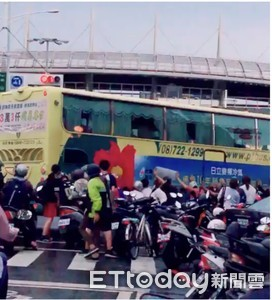 女騎士捲大客車底 近30人合力推開搶救