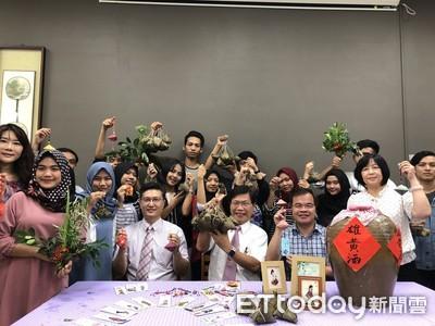 做香包品粽香 華醫外籍生體驗端午文化