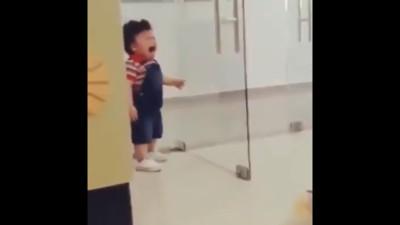 寶寶撞門大哭 網「以為空襲」急避難