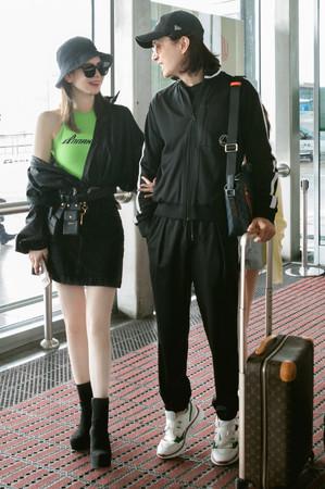 ▲戚薇5日與李承鉉勾手現身機場。(圖/翻攝自微博/戚薇工作室)