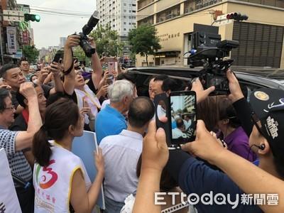 郭董板橋掃街人氣旺 民眾瘋喊「總統好」