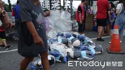 大會師尾聲還逾10大袋「國瑜娃娃」 攤商丟地賣