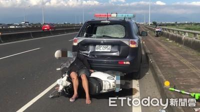 處理車禍警車遭機車追撞 騎士滿臉血道歉
