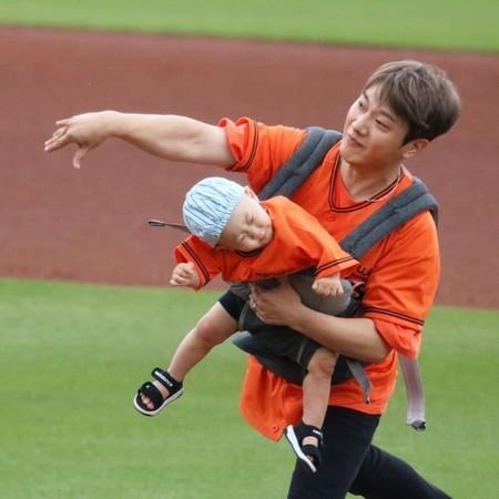 崔敏煥開球1歲兒遭大力甩出,引發爭議。(圖/翻攝自韓網)