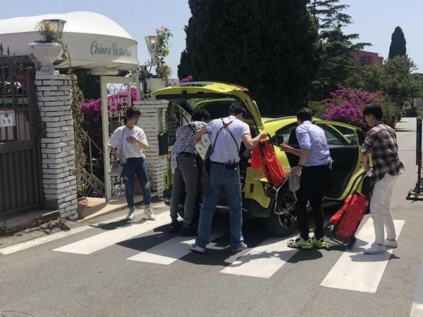 ▲▼王俊凱參加《中餐廳3》到義大利錄影,坐路邊一幕像幅畫。(圖/翻攝自微博)